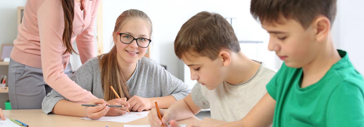Die Leistungsgesellschaft in der heutigen Zeit, sowie das soziale Umfeld fordern viel von Kindern und Jugendlichen. Es werden ständig gute bis sehr gute Noten in der Schule erwartet. Unter diesem hohen Erwartungsdruck können viele Schüler ihr vollständiges Potenzial in der Schule nicht ausschöpfen und erhalten dadurch immer wieder schlechte Noten. In den meisten Fällen liegt bei unterdurchschnittlichen Noten nicht mangelnde Intelligenz vor, wie manchmal vermutet, sondern das geringe Vertrauen in die eigene Leistungsfähigkeit verhindert den schulischen Erfolg. Hier sind die LEARNING CIRCLE Nachhilfestudios eine große Hilfe. Die verunsicherten Kinder und Jugendlichen lernen dort, sich ohne Notendruck den Aufgaben zu stellen und sie zu lösen. Durch die gezielte Betreuung in Minigruppen (2-4 Schüler) werden Lerndefizite langfristig überwunden zu deren Beseitigung im heutigen Schulalltag die Zeit meist fehlt. Die Schüler lernen in entspannter Atmosphäre wieder auf ihre Fähigkeiten zu vertrauen und ein gesundes Selbstbewusstsein aufzubauen. Mit dem guten Gefühl etwas erreichen zu können, erzielen sie wieder bessere Ergebnisse und LEARNING CIRCLE hilft ihnen mit seinem erprobten Nachhilfekonzept den schulischen Erfolg effektiv zu festigen.